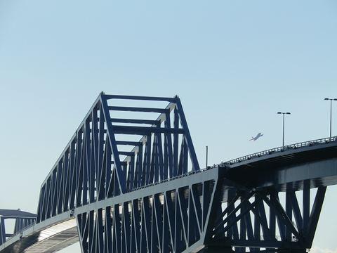 橋を撮影すると、飛行機を一緒に撮影できます