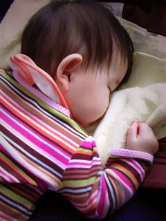 バスで爆睡する赤子