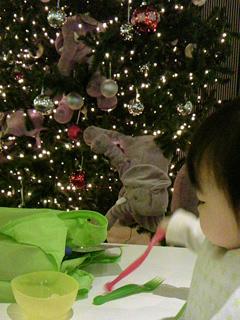 ikeaのクリスマスツリーと赤子