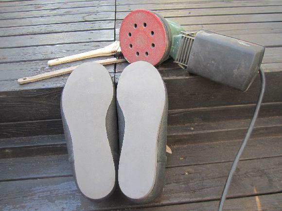 フェルトの型取りを丁寧に取り切り取りをします。左右の形も整えます。小さすぎないように気を付けましょう。多少大きいものなら修正可能です。(笑) 靴底の汚れ