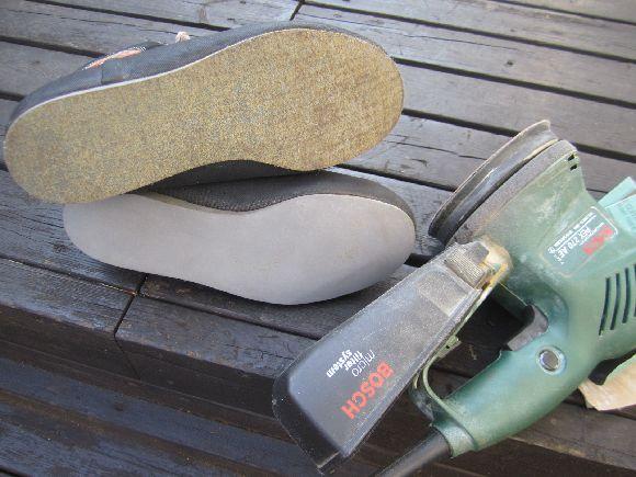 靴底の汚れや古いノリをヤスリデ落とします。電動で自分は行いましたが下地を薄くしないように汚れだけを取り除きます。ここでも削りすぎや変な傾きを作らないように気