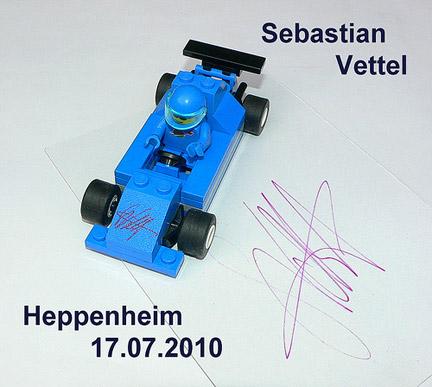 セバスチャン・ベッテルのサイン入りレゴ