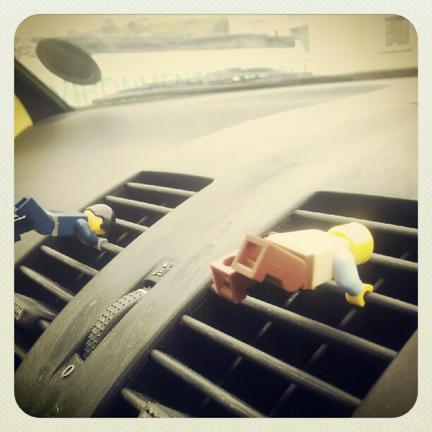 車のエアコンにミニフィグ