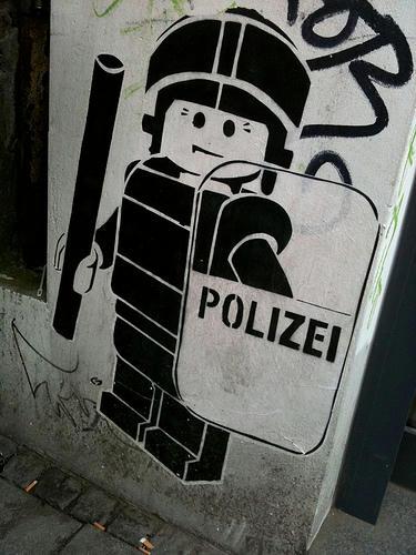 ミニフィグのグラフィティ「POLIZEI」