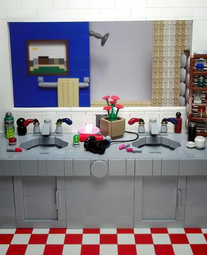 レゴで作ったバスルーム。鏡の向こうは…