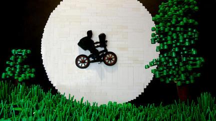 LEGOで映画『E.T.』の名シーンを再現