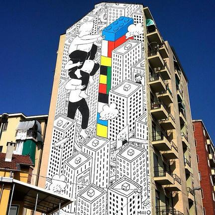 古いマンションの壁面に描かれたLEGOアート
