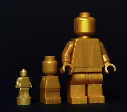 大中小のゴールドミニフィグ