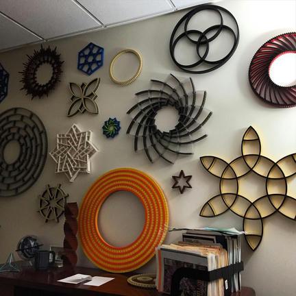 LEGOでできた幾何学模様の壁飾り
