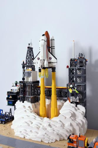 打ち上がった瞬間のLEGOスペースシャトル