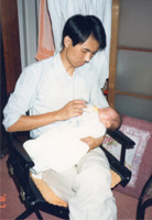 結婚10年目に生まれた長男にミルクをあげる