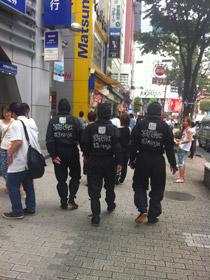 渋谷を歩く三忍