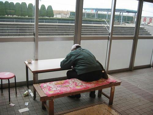 金沢競馬場の老人