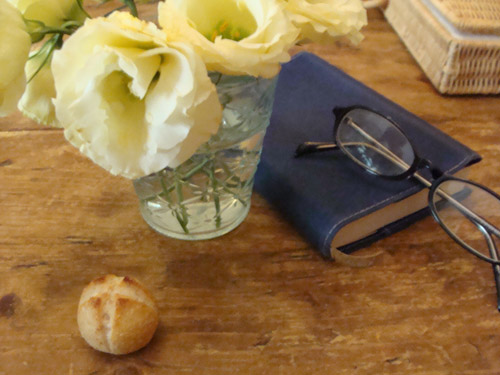 本と眼鏡と花と