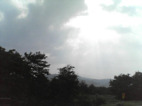 雨雲の間から