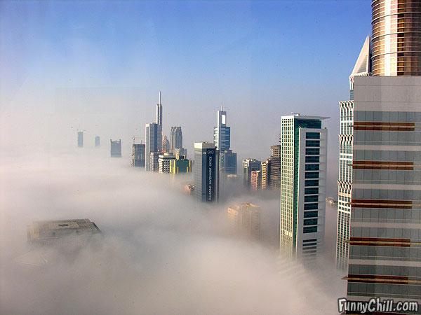 ところでそこから望む、霧に沈むドバイの高層ビル群がまた不可思議で、興味を抱かずにはいられません。もしこの建物を作った本人が目にしたのなら、まるで自分が地球を