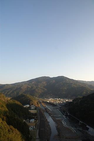 ダムから見下ろす町の風景