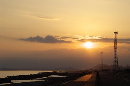 夕陽と海岸の画