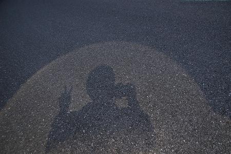 光の半円の中でピース。