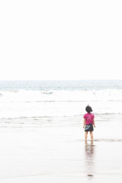 海を見つめる少女。