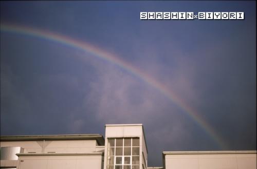 白い建物と虹の橋
