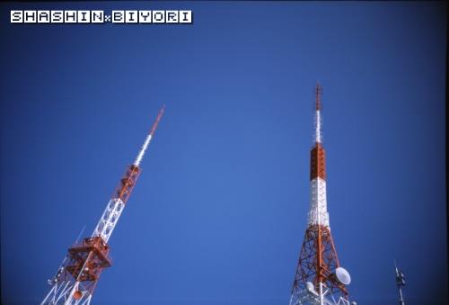 青空バックに五台山の鉄塔2機