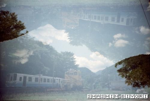 停泊汽車と夏休みの空の一枚+。