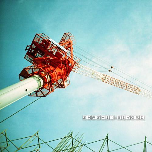 空と工事現場。