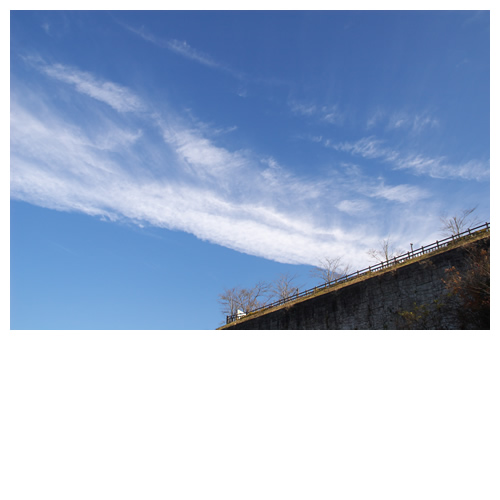 青空に伸び広がる白雲