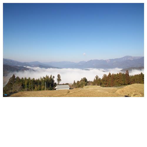 白煙湧く風景と空