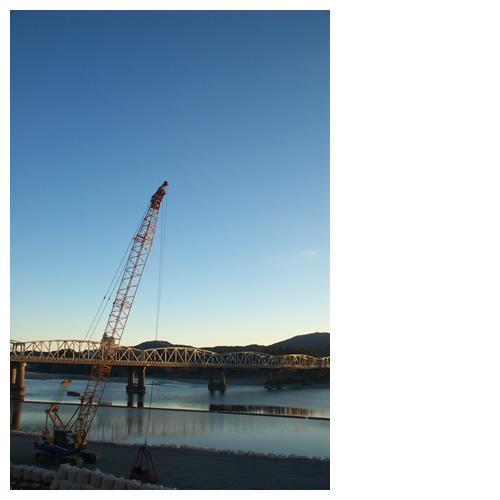 鉄橋とクレーン車