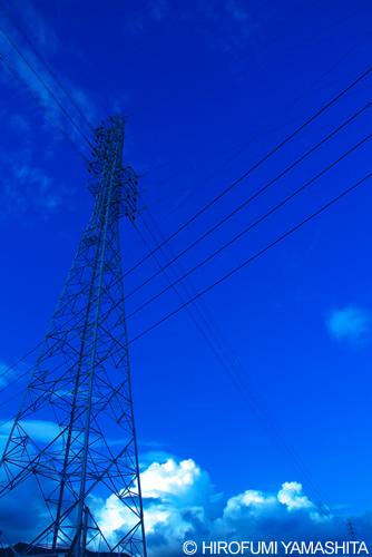 青い空と交差する電線