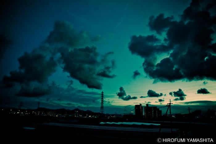 空の世界と街の灯