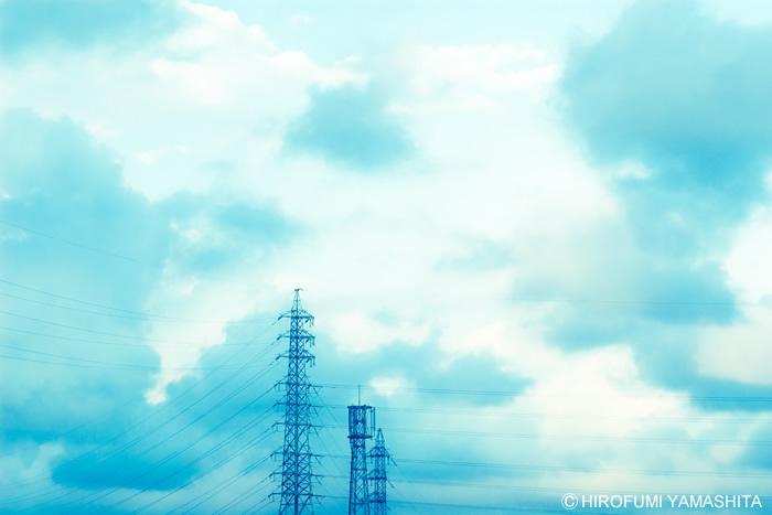 曇り空の下、ここに今日も電線。