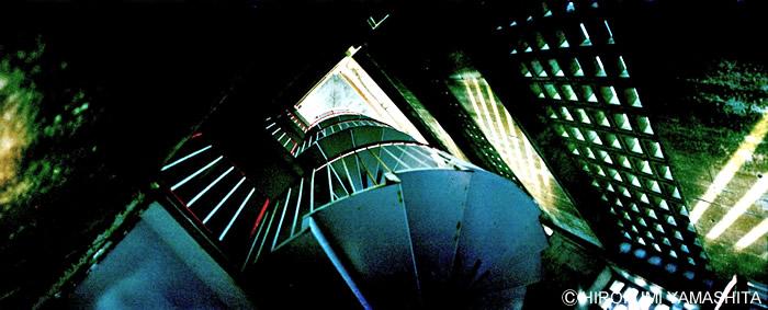 見上げた螺旋階段と差し込む光。