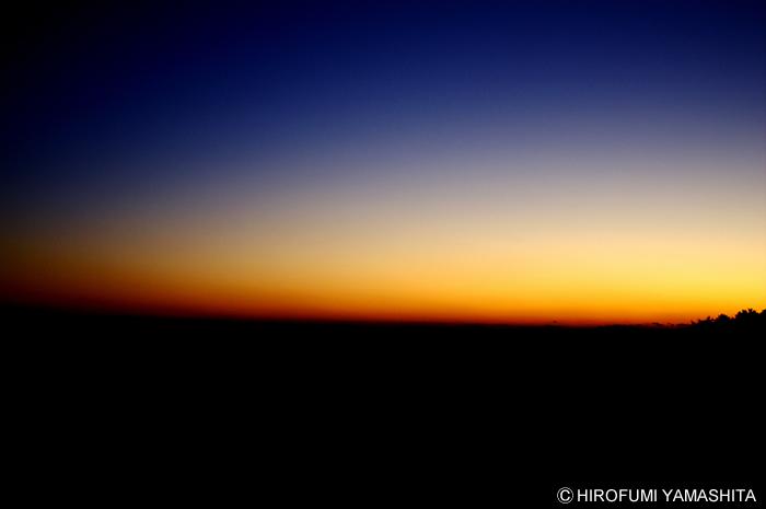 夕焼けの空を夜が包み込む頃。