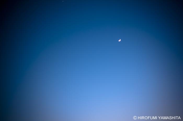 月の浮かぶ空。