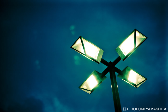 夜に浮かぶ街灯