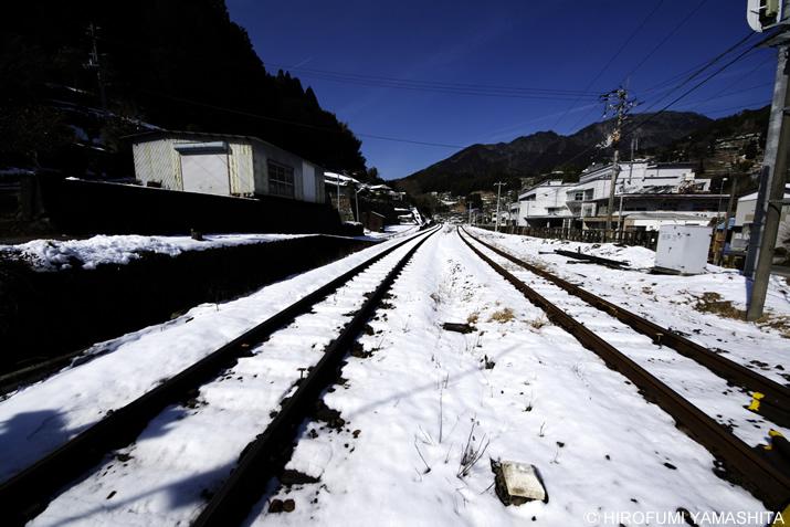 線路と残り雪