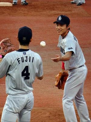 試合前練習中の藤井選手と大島選手