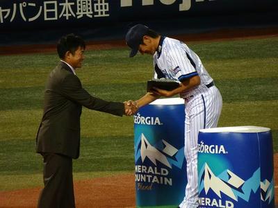 ベイスターズの三浦投手が第8回ジョージア魂賞を受賞。握手しているのは元ベイスターズの仁志選手