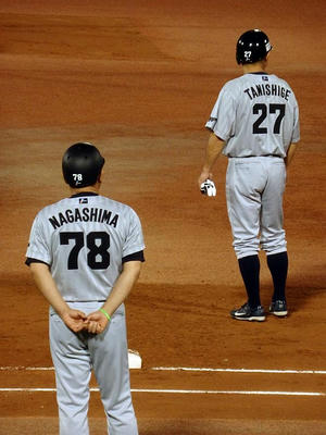 1塁打の谷繁選手と長島一塁走塁コーチ