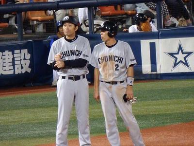 荒木選手はサードへ。上田外野守備走塁コーチと何を話してる?