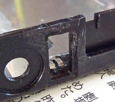 ThinkPad R61 左USBの割れをプラリペアで補修した後、ヤスリで形状を整える