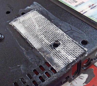 ThinkPad R61 ボトムケース底面割れに、プラリシート貼り付け