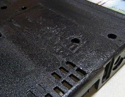 ThinkPad R61 ボトムケースの割れ補修後、耐熱ブラックで塗装&クリアを粗く噴いてシボ風に