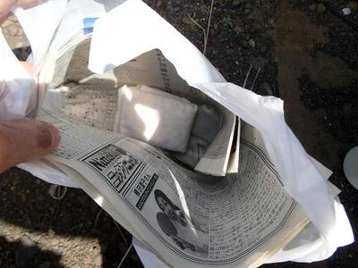 100均油吸収パッド+新聞紙+ビニール袋。パワステオイル廃棄用