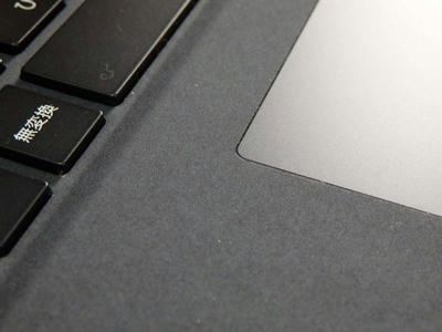 surface laptop2パームレストはアルカンターラというスウェードに近い肌触りの素材でカバーされている