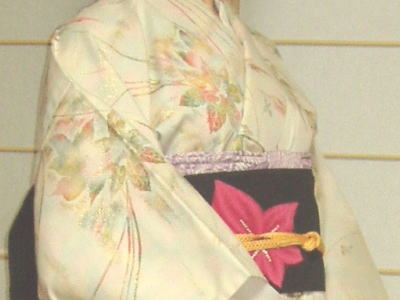 白地に多色の糸で植物を刺繍した単の着物。秋っぽい。