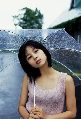 傘をさした姿の堀北真希さん
